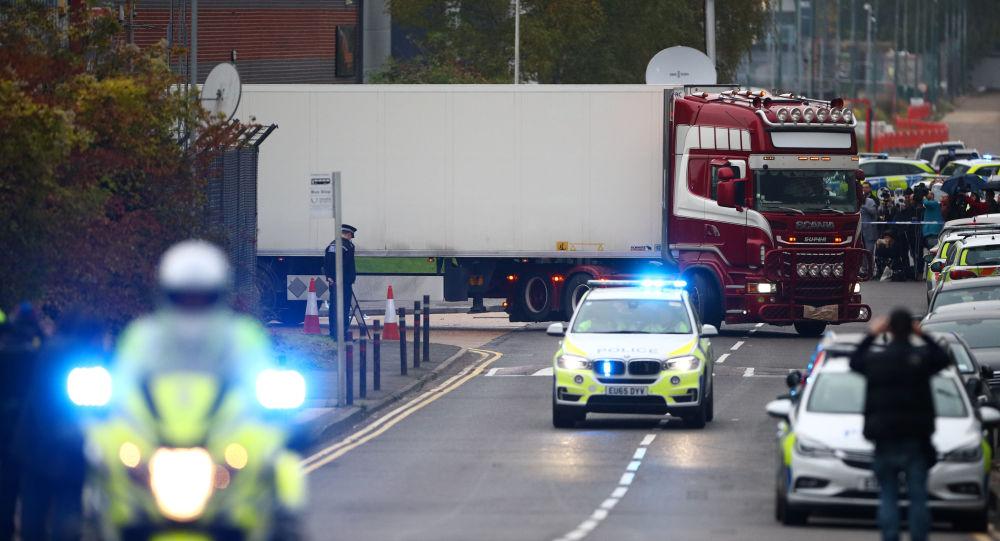 Polícia escolta o caminhão onde foram encontrados 39 corpos, Essex, Inglaterra