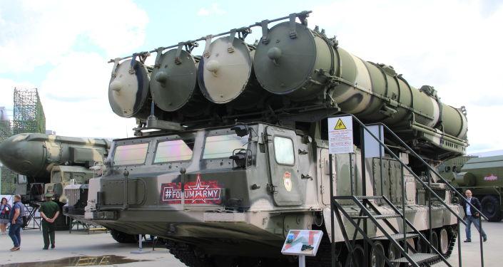 Sistema de defesa antiaérea S-300 é mostrado durante o fórum militar EXÉRCITO 2018 (foto de arquivo)