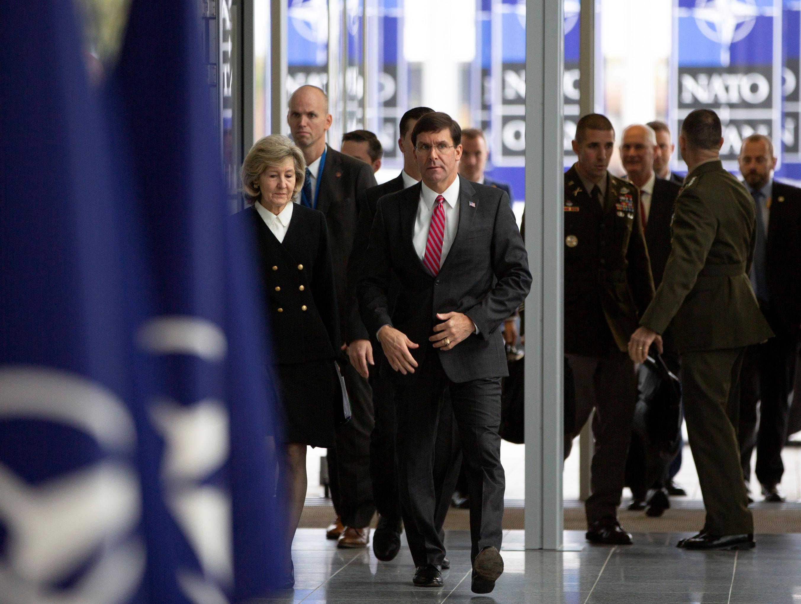 Secretário de Defesa dos EUA, Mark Spencer, chega em reunião da OTAN, em 24 de outubro de 2019. A OTAN tem 29 membros, 13 dos quais aderiram à organização após a reunificação alemã