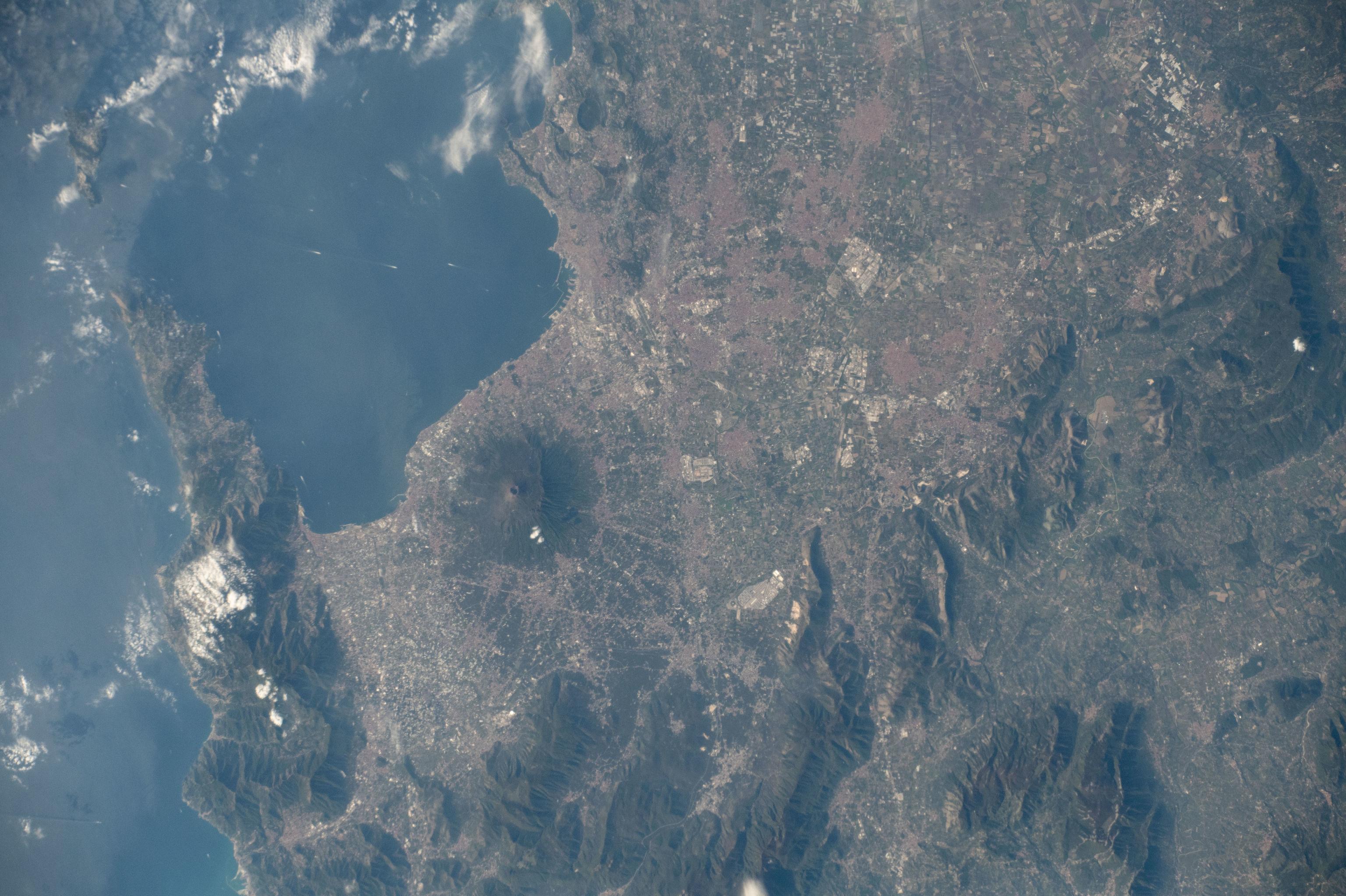 Monte Vesúvio entre as cidades italianas de Nápoles e Pompeia, cerca de 410 quilômetros acima da Terra