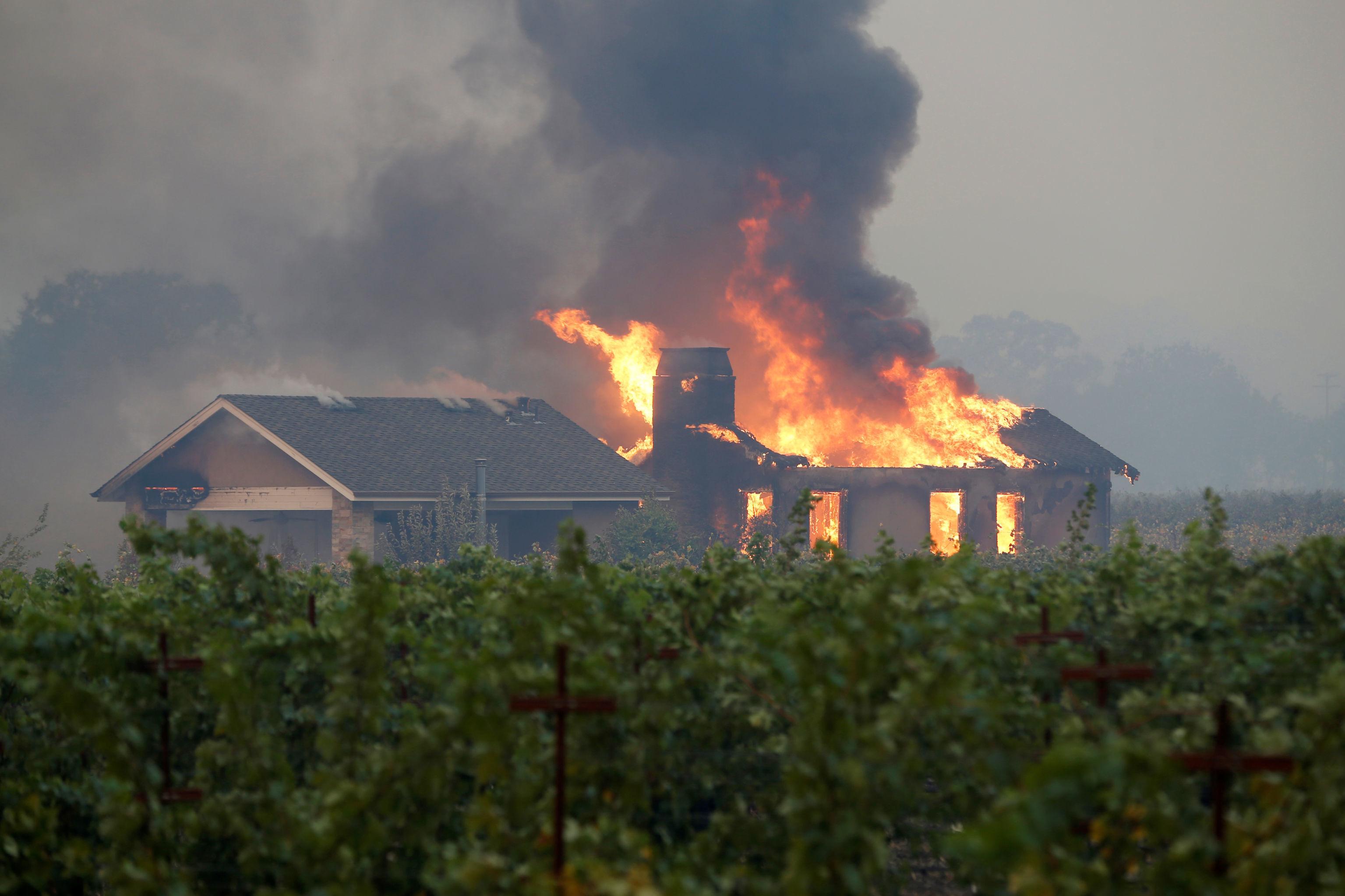 Construção pega fogo na cidade de Geyserville, na Califórnia, em 24 de outubro de 2019