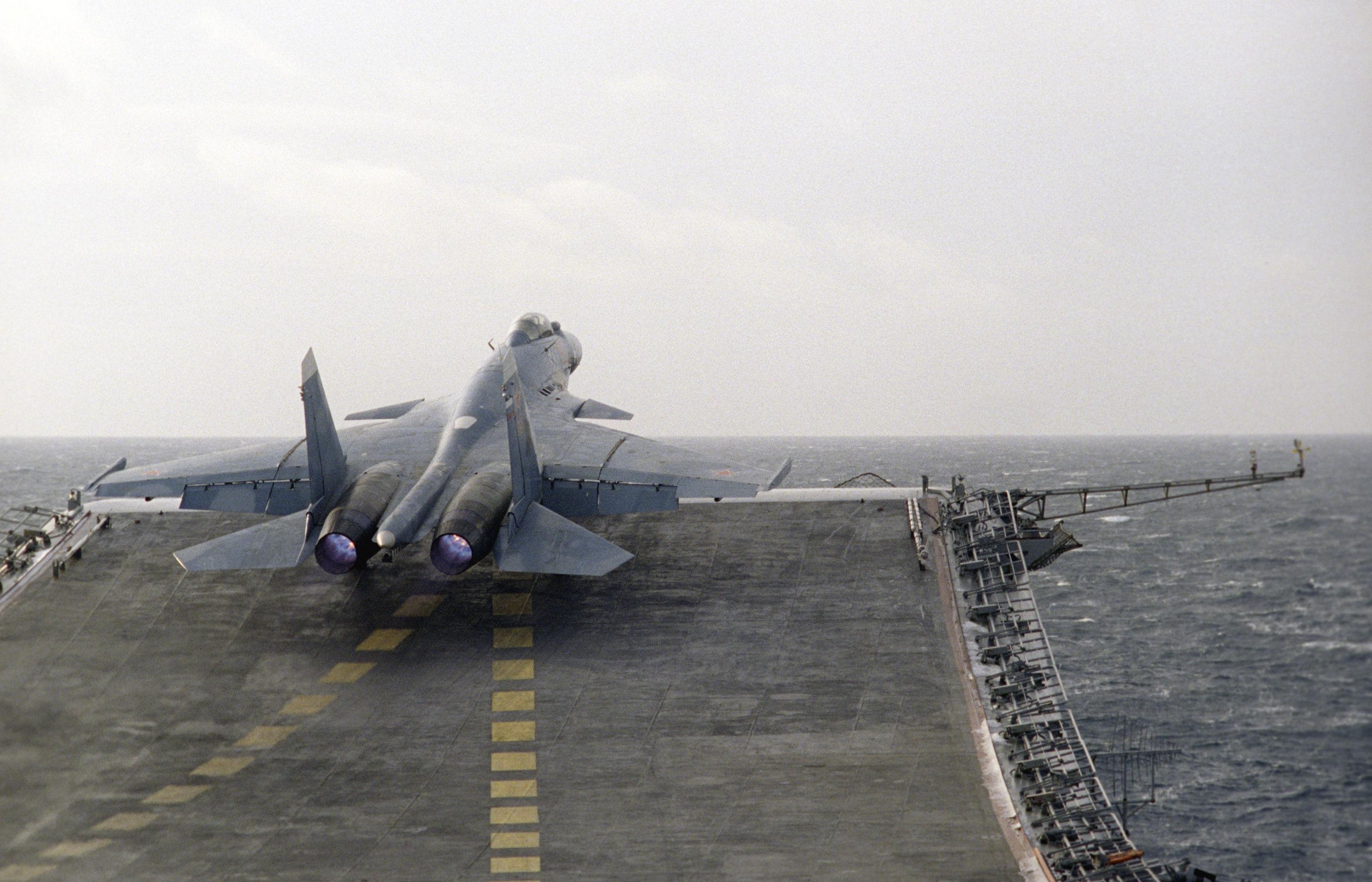 Caça Su-27K no convés do porta-aviões Admiral Kuznetsov da Frota do Norte da Rússia