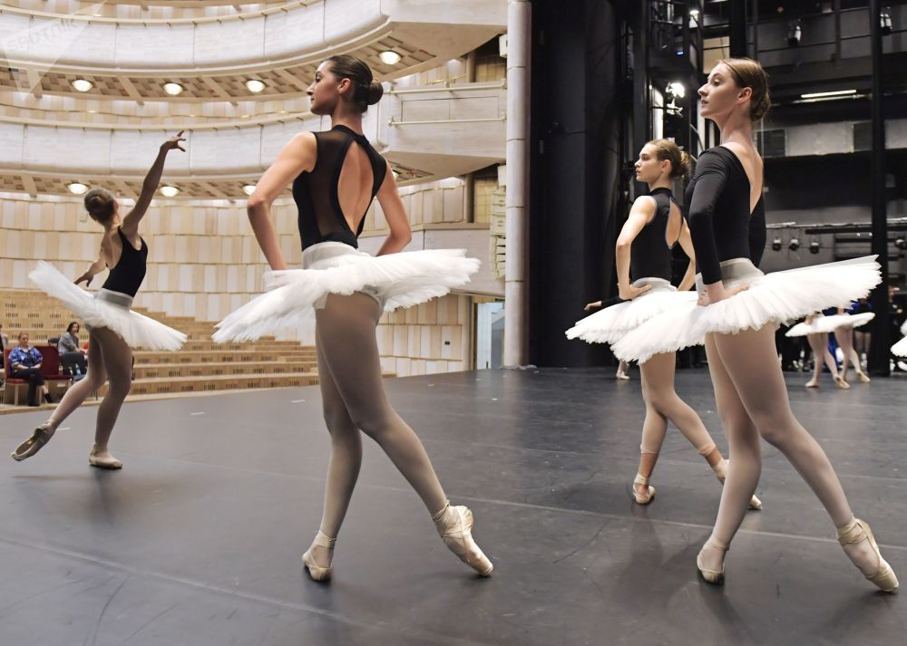 Aula livre de balé na Academia de Dança de Boris Eifman em São Petersburgo, Rússia