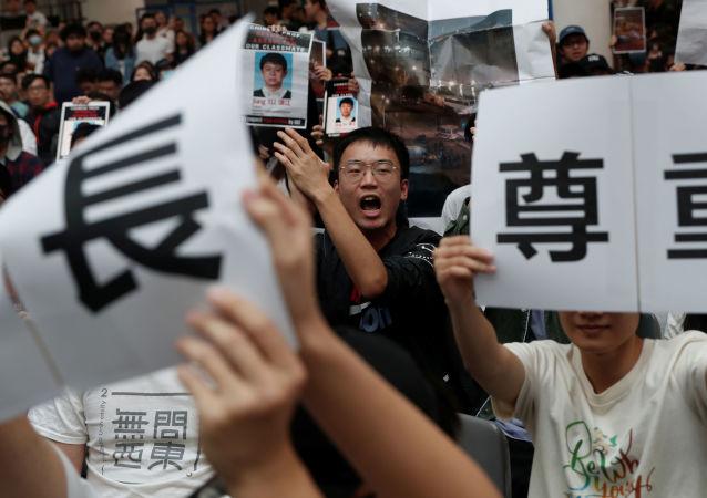 Estudantes da Universidade de Ciência e Tecnologia de Hong Kong manifestam após colega ser ferido em manifestação, no dia 6 de novembro de 2019