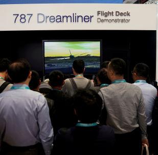 Pessoas visitam a cabine de um Boeing 787 Dreamliner durante a Exposição Internacional de Importação da China, no Centro de Convenção e Exibição Nacional de Xangai