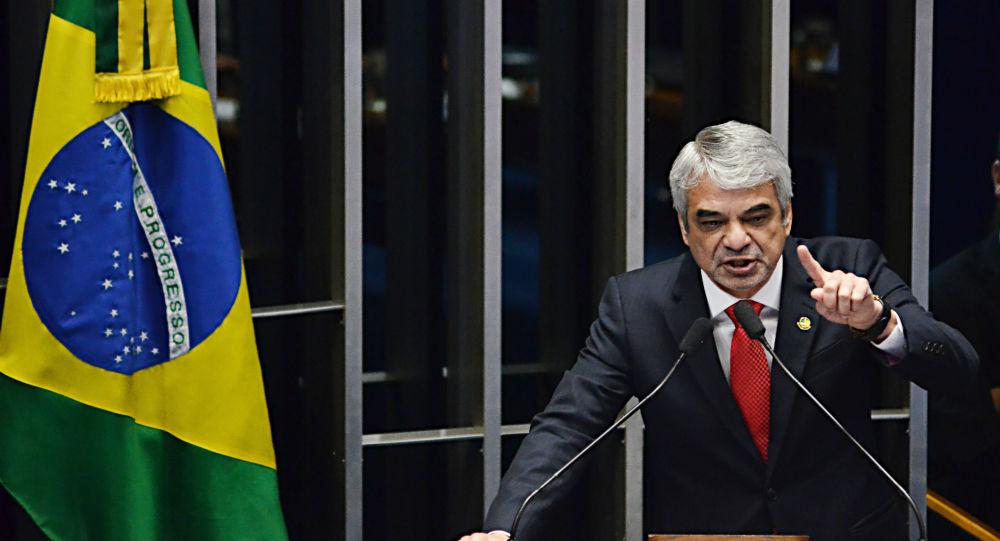 Senador Humberto Costa, do PT de Pernambuco, discursa no plenário do Senado