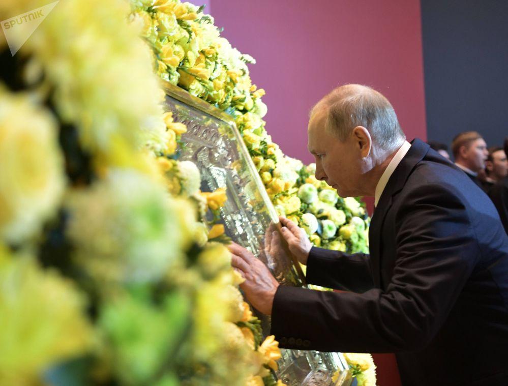 Presidente da Rússia, Vladimir Putin, em frente ao ícone de São Nicolau, o Milagreiro, durante exposição da Igreja Ortodoxa da Rússia em Moscou