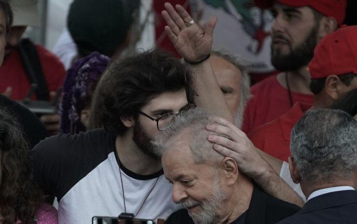 Ex-presidente Lula recebe beijo de seu neto, Thiago Trindade Lula da Silva, após sair da prisão em Curitiba