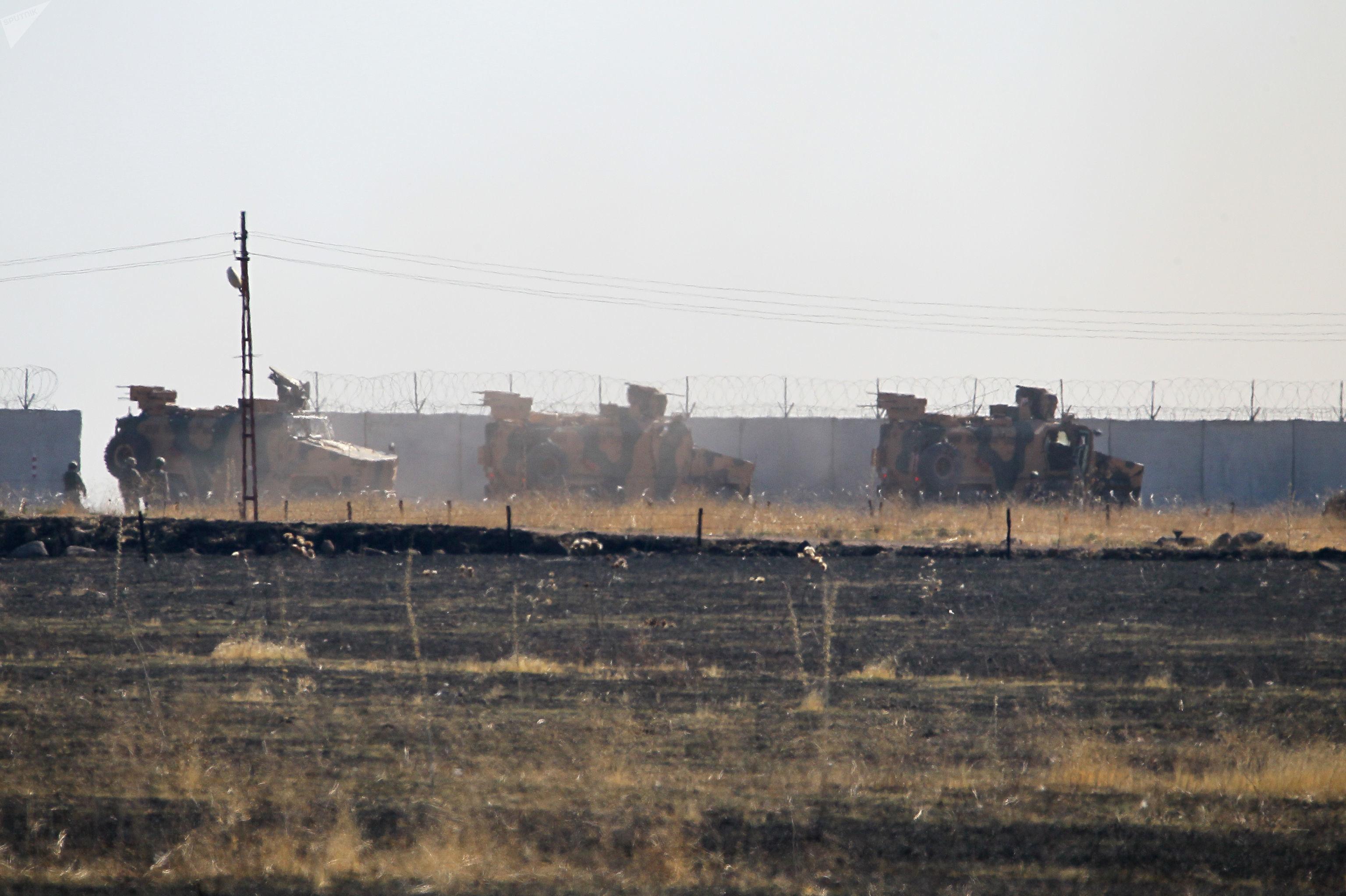Veículos blindados da Rússia e Turquia na fronteira turco-síria