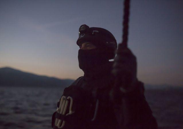 Membro da Frontex: a Agência de Proteção de Fronteiras Europeia, que tem papel relevante na repressão da imigração, é um dos únicos órgãos de defesa europeu unificados