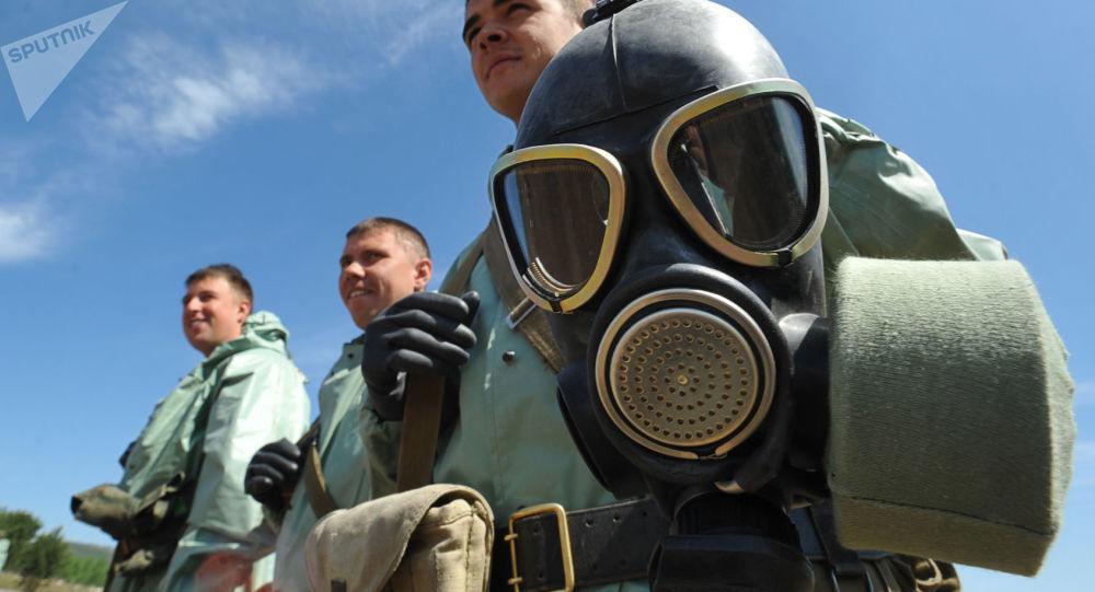 Tripulação das Tropas de Proteção Radiológica, Química e Bacteriológica da Rússia fazendo prospecção nas competições entre unidades de exércitos no evento Ambiente Seguro 2016, na região de Transbaikal