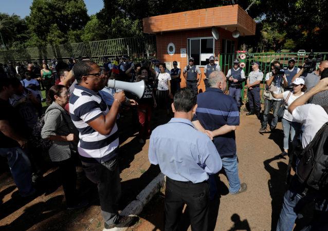 Clima de tensão na porta da embaixada da Venezuela em Brasília, que foi ocupada por apoiadores de Juan Guaidó