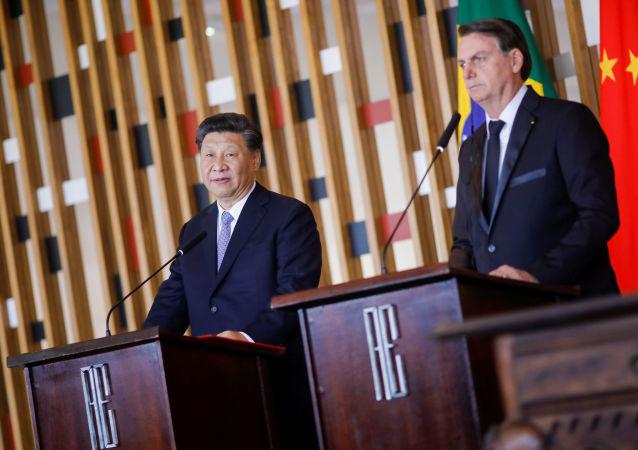 Bolsonaro e Xi Jinping fazem declaração à imprensa após reunião bilateral.