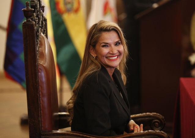 Presidenta autoproclamada da Bolívia, Jeanine Áñez, sorri durante cerimônia de posse de seu gabinete de ministros, em 13 de novembro de 2019, após golpe de Estado na Bolívia
