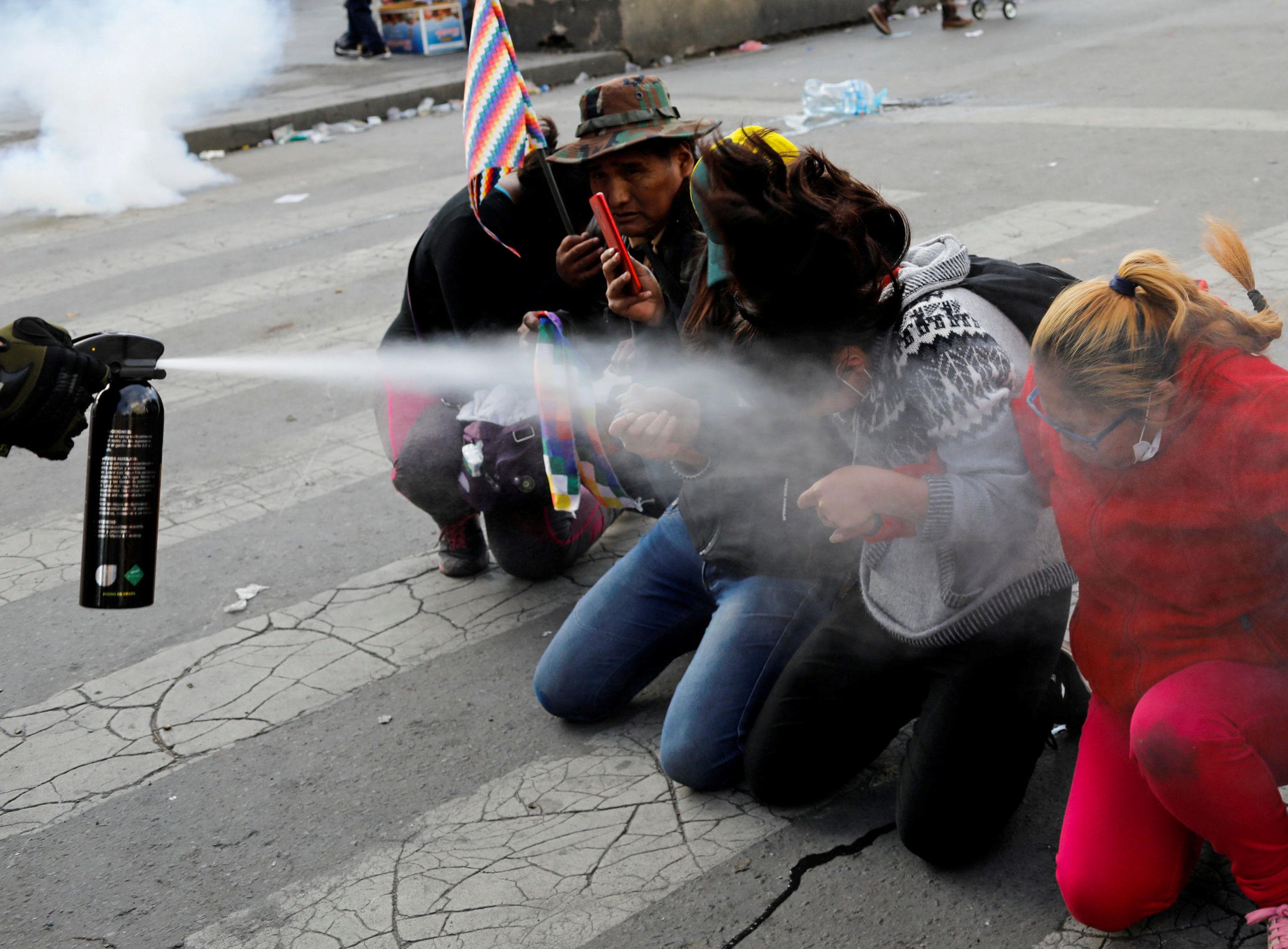 Polícia lança gás lacrimogêneo em apoiadores de Evo Morales em La Paz, na Bolívia