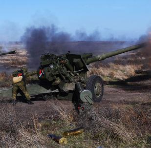 Soldados da 150ª Divisão de Infantaria Motorizada disparam de obuseiros 2A65 durante os exercícios de preparação para o Dia das Tropas de Mísseis e Artilharia, no polígono de Kuzminsky, região de Rostov