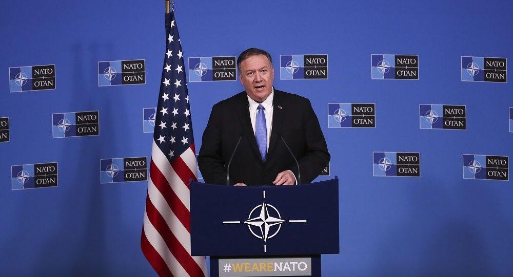Mike Pompeo fala com jornalistas durante comitiva de imprensa na sede da OTAN em Bruxelas