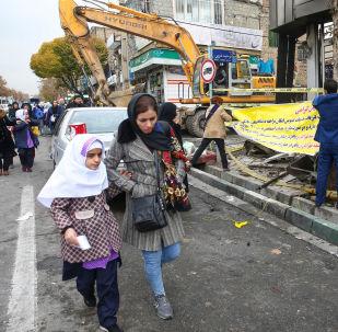 Mãe e filha caminham em do Irã afetada por protestos