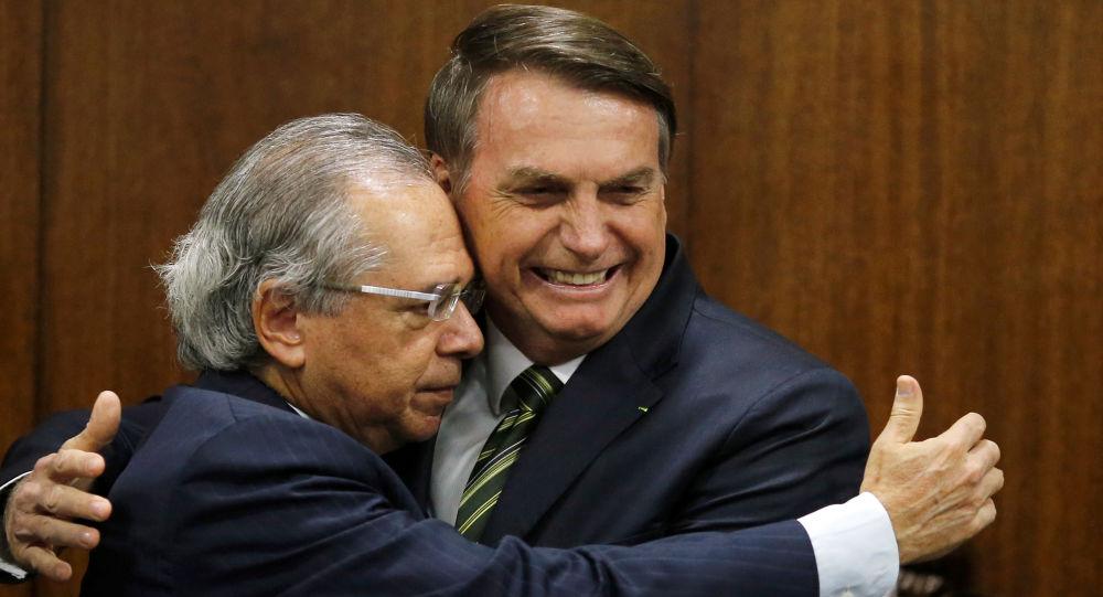 Ministro da Economia, Paulo Guedes, dá abraço no presidente da República, Jair Bolsonaro, no Congresso Nacional, Brasília, 5 de novembro de 2019