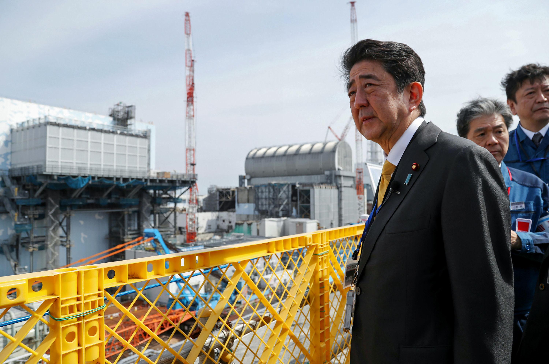 Primeiro-ministro do Japão, Shinzo Abe, visita usina nuclear da companhia distribuidora Tokyo Electric Power Company (TEPCO), em Okuma, na prefeitura de Fukushima, em 14 de abril de 2019