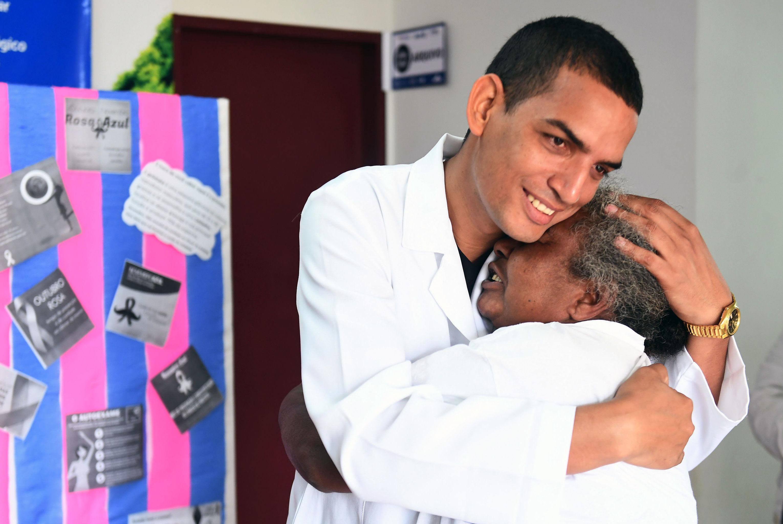 Médico cubano Miguel Pantoja se despede da paciente Vera Dias em Alexandria, Goiás, em 22 de Novembro de 2018