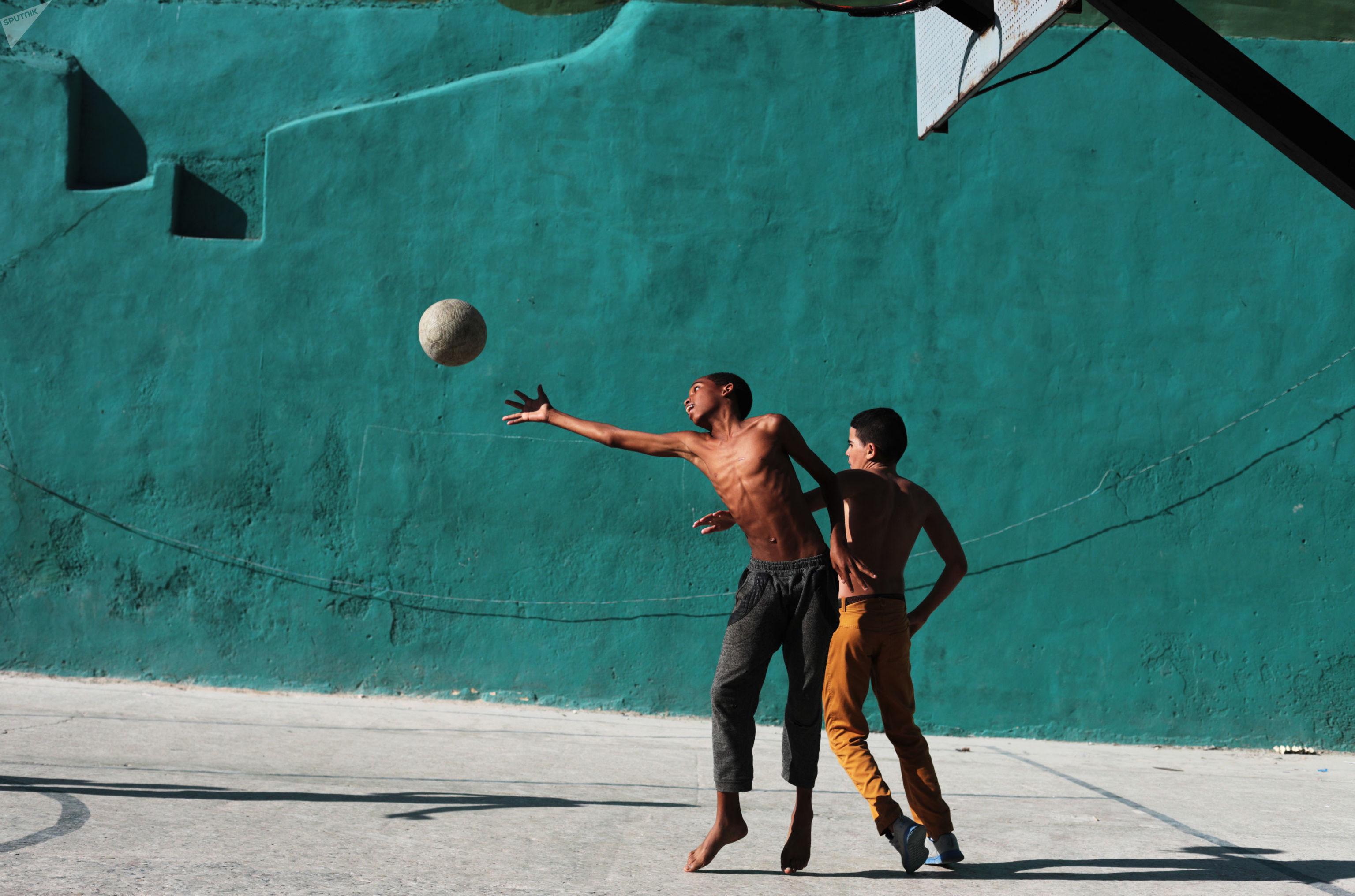 Jovens jogam futebol em Havana Velha, Cuba