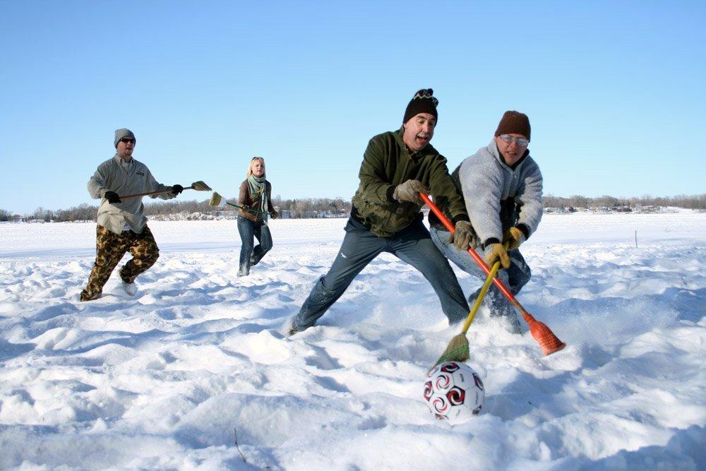 O broomball é um esporte entre duas equipes em um ring de hóquei no gelo