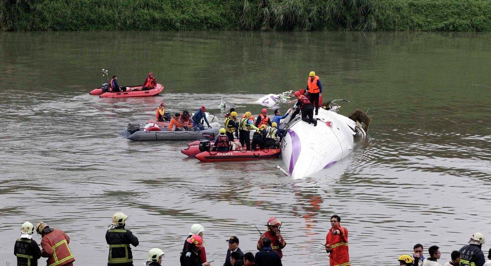 Avião de TransAsia caiu no rio em Taiwan