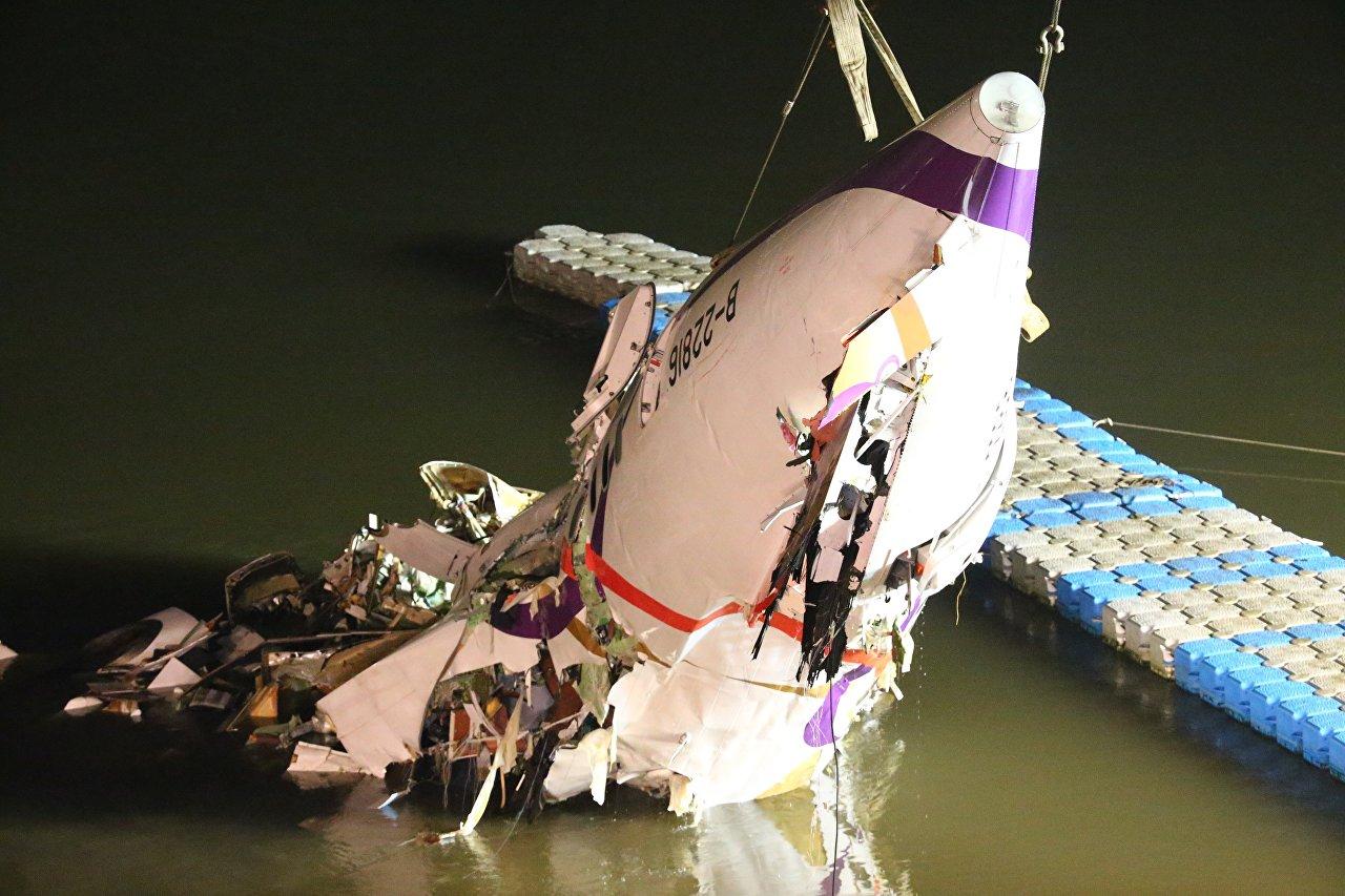 Trabalhos de salvamento no local da queda do avião em Taiwan