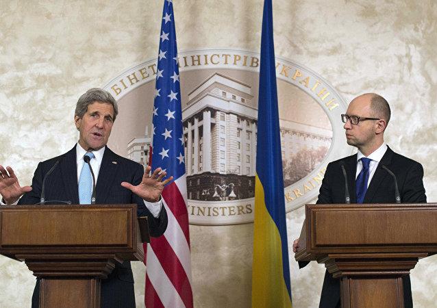 John Kerry e Arseniy Yatsenyuk, em Kiev