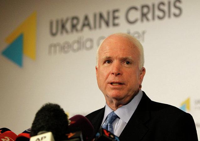 Senador americano John McCain fala durante coletiva de imprensa em Kiev, Ucrânia. Foto de arquivo