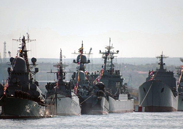 Navios da Frota do Mar Negro durante ensaio para a festa dos 70 anos da vitória sobre a Alemanha nazista (imagem referencial)