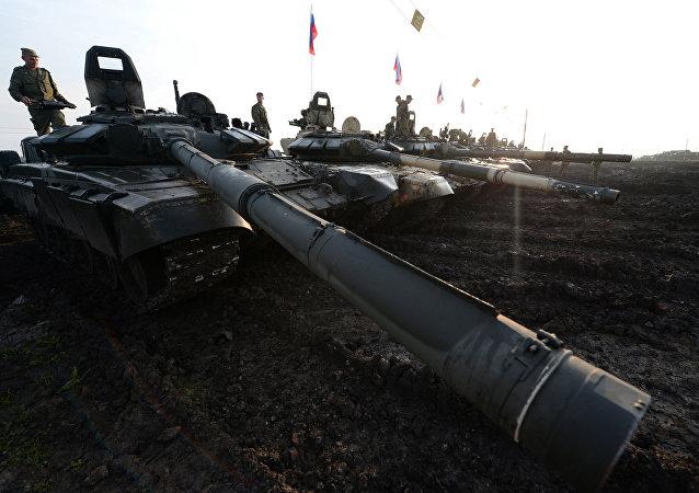 Tanques russos T-72 durante exercícios conjuntos sino-russos Missão Pacífica em 2013