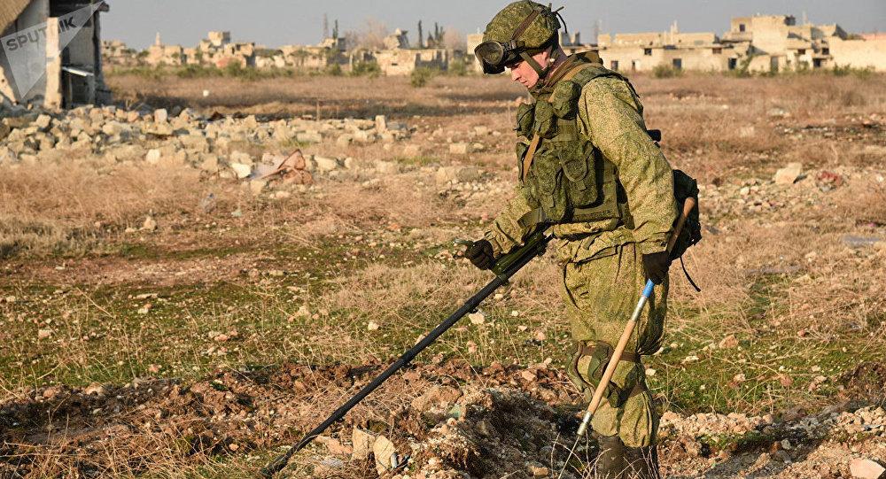 Engenheiros militares do centro internacional de desminagem do exército russo continuam operação de desminagem em Aleppo oriental, na Síria