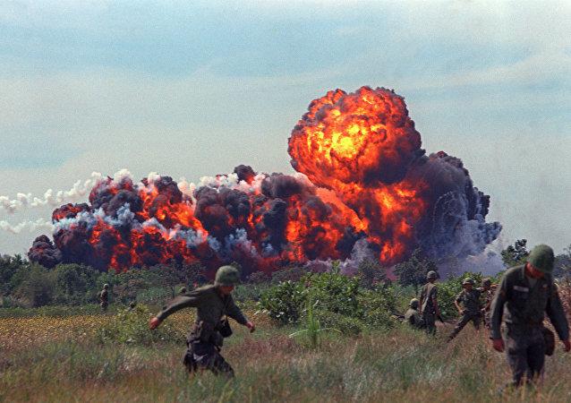 Ataque aéreo norte-americano com napalm durante a Guerra do Vietnã, 1966