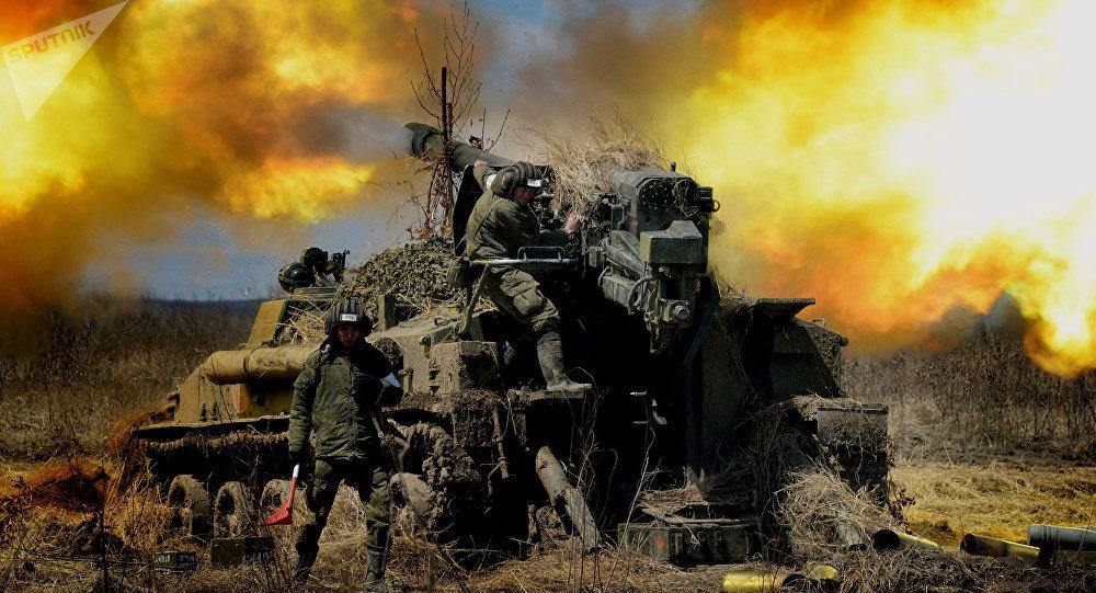 MilitarMilitares russos lançam fogo da peça de artilharia autopropulsada 2S5 Giatsint durante os exercícios (foto de arquivo)