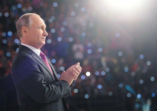 Presidente russo, Vladimir Putin, durante o discurso na cerimônia de condecoração Voluntário da Rússia 2017 no Palácio de Esportes Megasport em Moscou