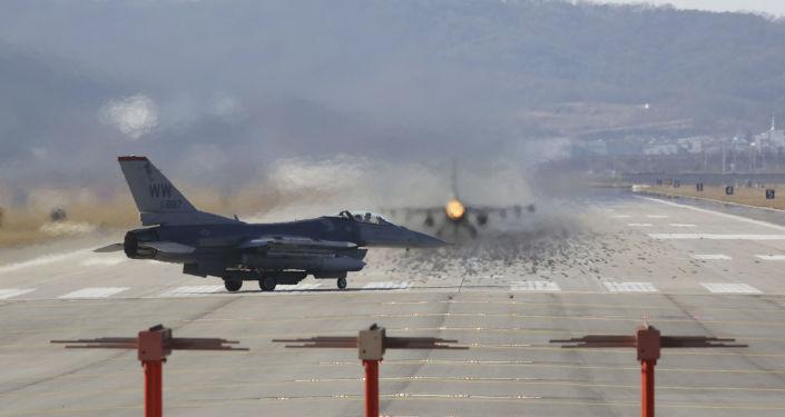 Caça norte-americano F-16 na base aérea de Osan, Coreia do Sul (foto de arquivo)