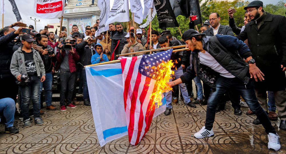 Palestinos ateiam fogo em bandeiras dos EUA e Israel durante protestos na Faixa de Gaza
