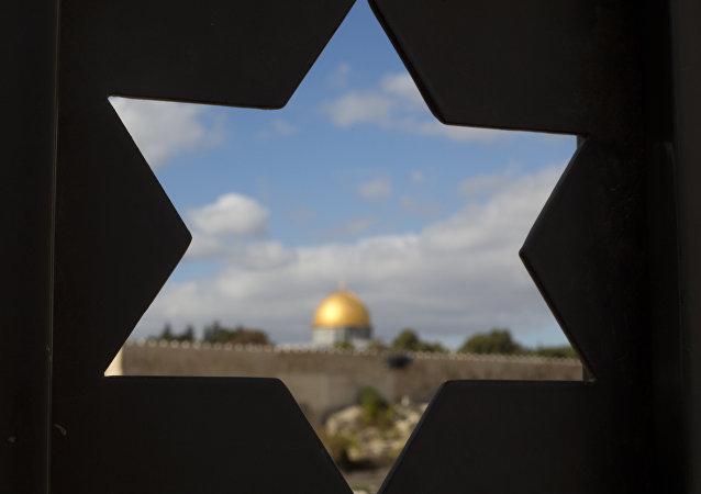 Cúpula da Mesquita Al-Aqsa na Cidade Velha, vista de uma janela em forma da Estrela de Davi, Jerusalém