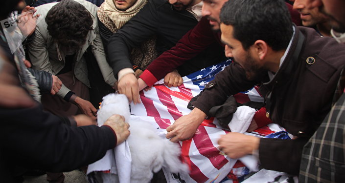 Manifestantes põem fogo em uma réplica da bandeira dos EUA durante ato de protesto em Cabul, Afeganistão, em 8 de dezembro de 2017