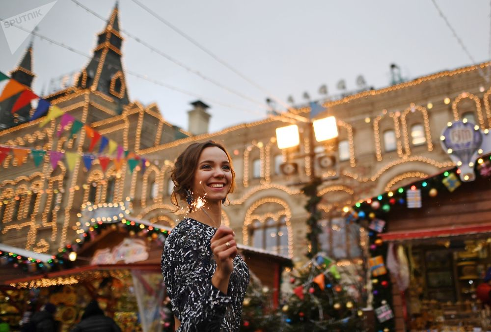 Menina na feira natalina na Praça Vermelha, centro histórico de Moscou