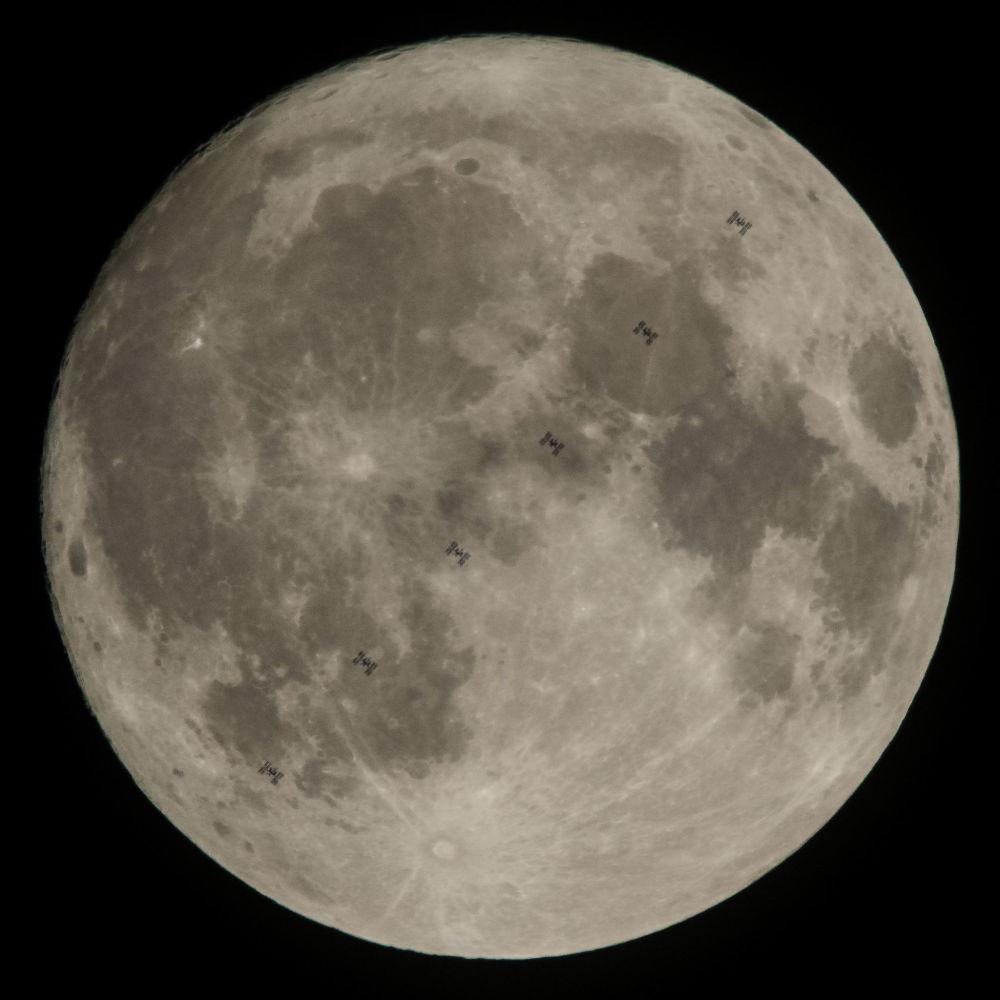 Estação Espacial Internacional com Lua em fundo