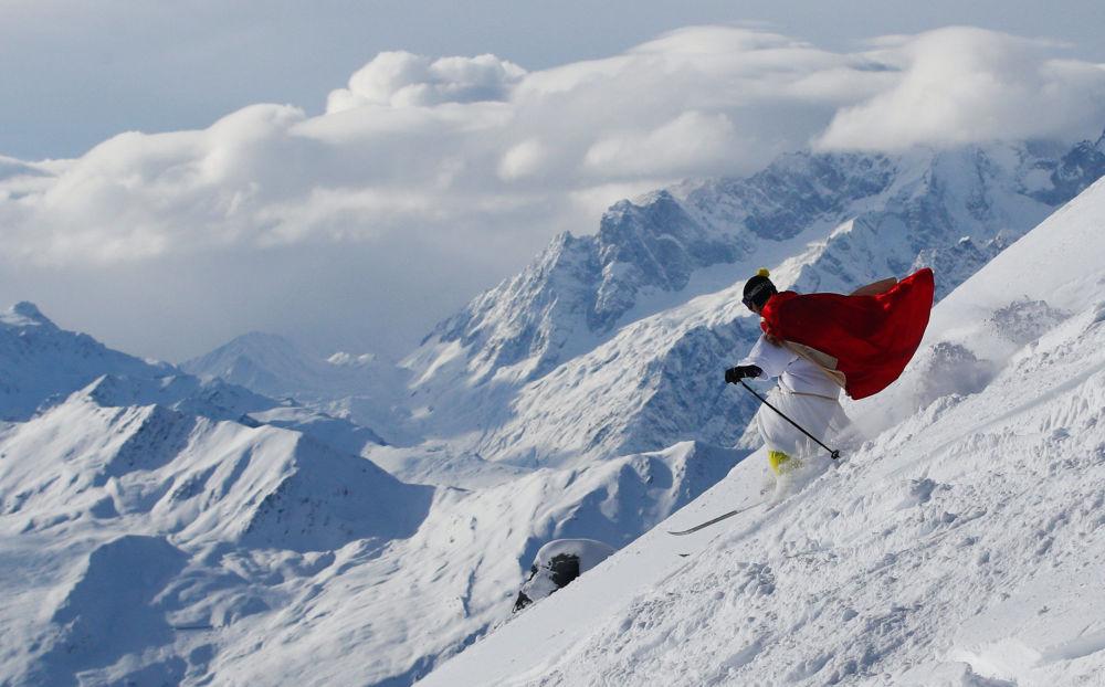 Homem vestido do Papai Noel esquia na Suíça