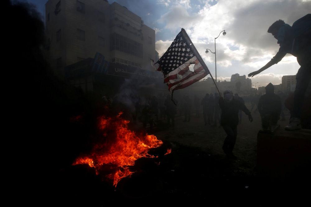 Palestinos queimam bandeira norte-americana em confrontos com polícia israelense