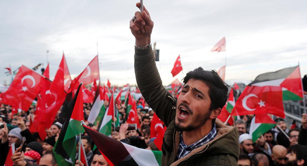 Manifestantes com bandeiras turcas e palestinas protestando contra o reconhecimento de Jerusalém como capital de Israel, em Istambul, Turquia, 10 de dezembro de 2017