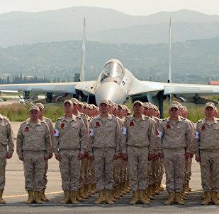 Soldados na base aérea russa em Hmeymim durante o desfile do 72º aniversário da Grande Guerra pela Pátria (foto de arquivo)