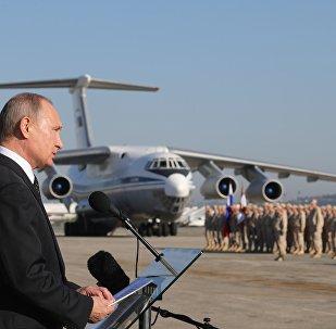 Presidente russo, Vladimir Putin, discursando para as tropas russas na base aérea de Hmeymim, Síria, 11 de dezembro de 2017