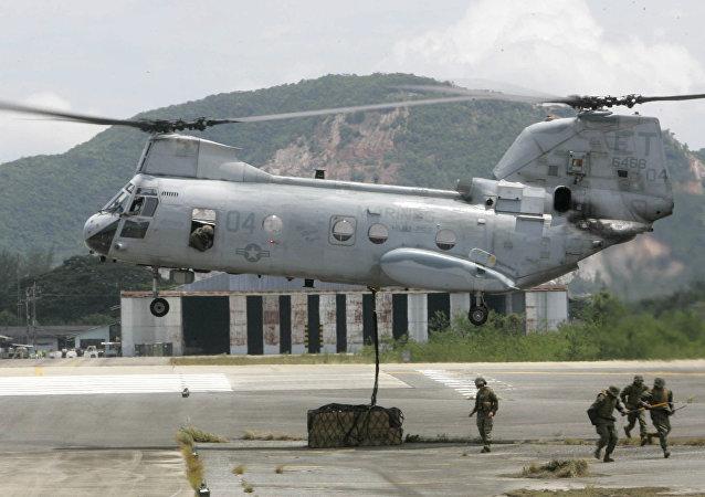 Soldados norte-americanos preparam carga que será levada pelo helicóptero norte-americano CH-53, Tailândia.