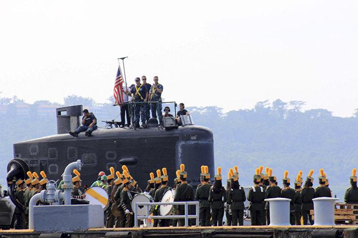 Submarino norte-americano USS Topeka no porto filipino de Subic